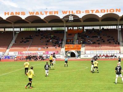 Das Foto zeigt das Hans-Walter-Wild-Stadion während eines Fußballspiels.