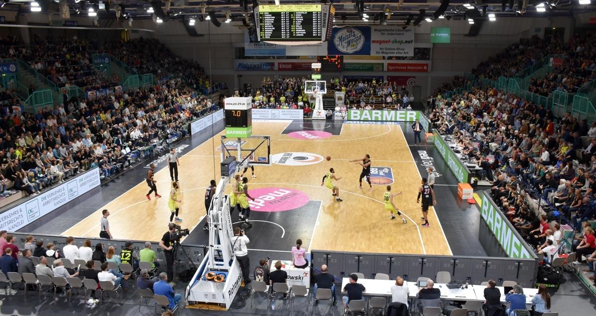 Foto zeigt die Oberfrankenhalle von innen während eines Basketballspiels.
