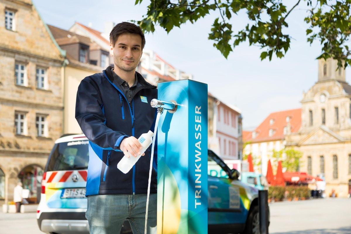 Stadtwerke-Mitarbeiter Hannes Nützel eröffnet den Trinkwasserbrunnen in der Bayreuther Innenstadt.