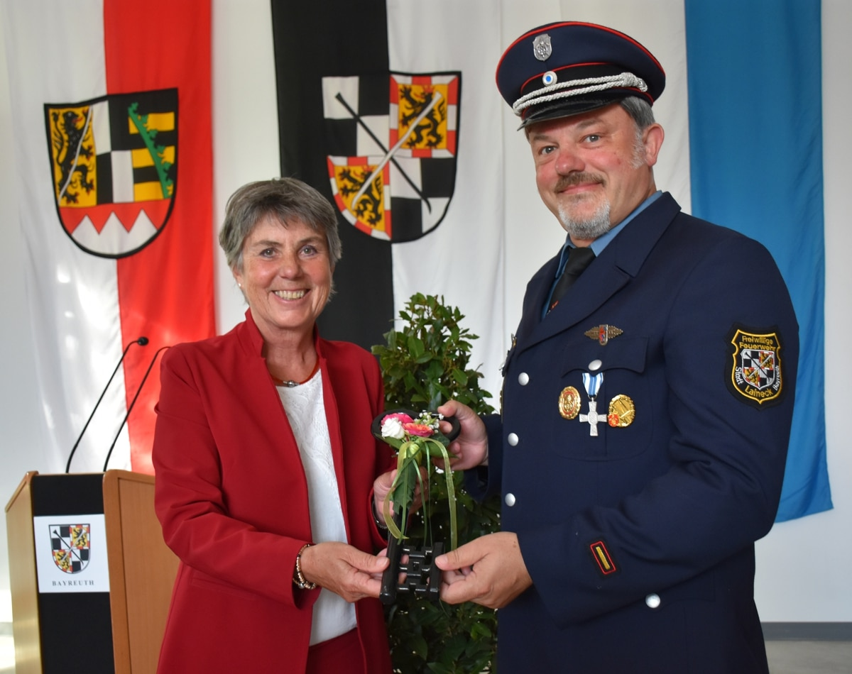 Oberbürgermeisterin Brigitte Merk-Erbe übergibt den symbolischen Schlüssel an den Kommandanten der FFW Laineck, Peter Faltenbacher.