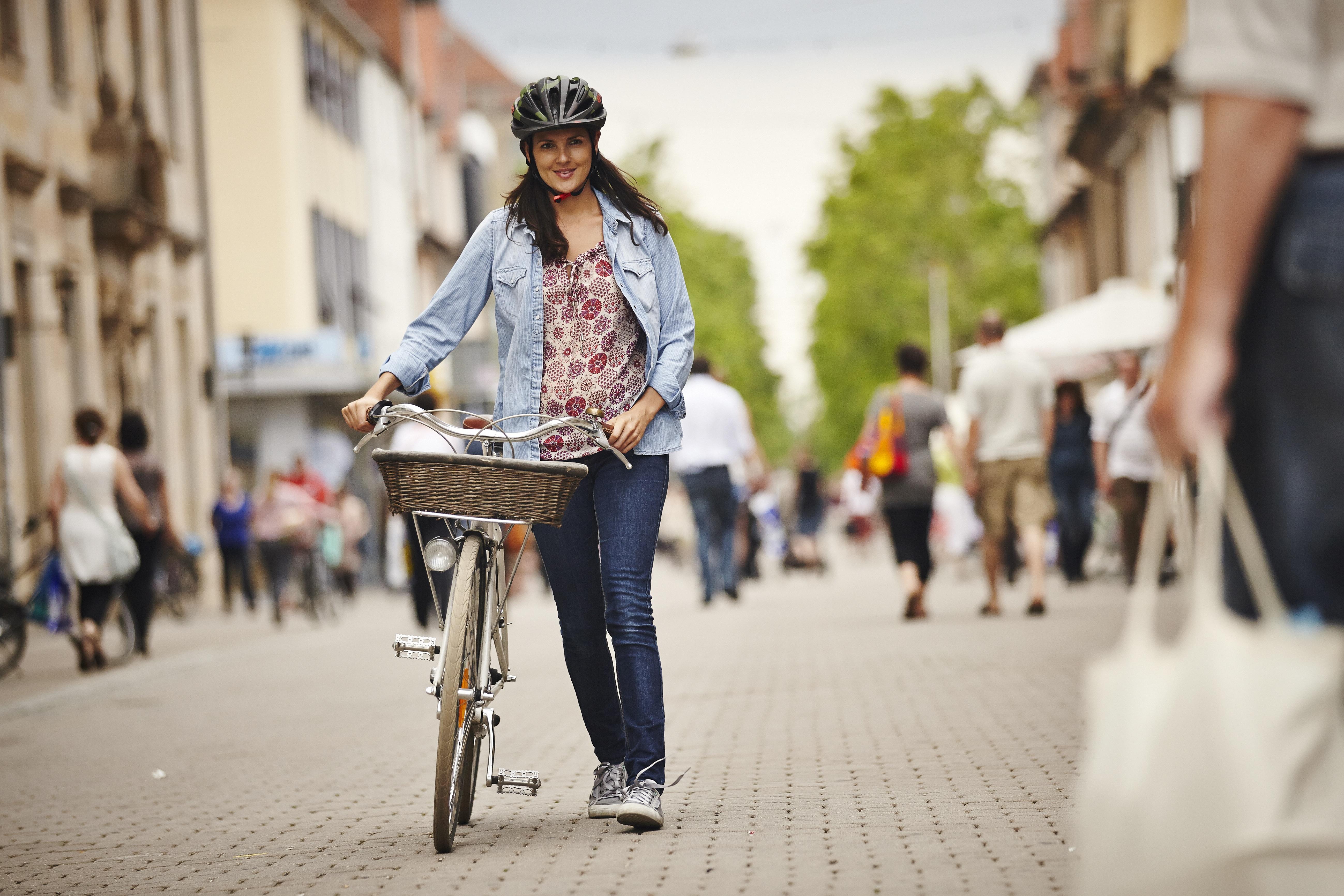 Radfahrerin der Fußgängerzone.