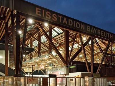 Blick auf das Eisstadion bei Nacht