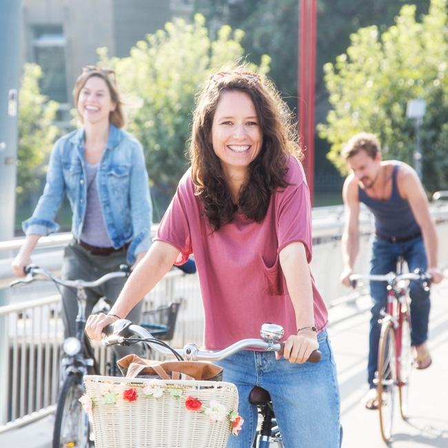 3 Menschen auf Fahrrädern