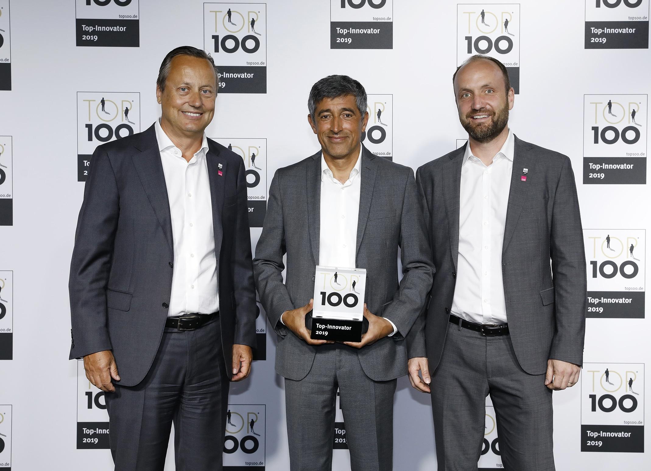 medi Geschäftsführer Dirk Treiber (links) und Christoph Schmitz (Leitung Marketing Medical und Innovation Lab bei medi, rechts) nahmen Ende Juni in Frankfurt am Main den TOP 100-Award 2019 von Ranga Yogeshwar (Mitte) für medi entgegen.