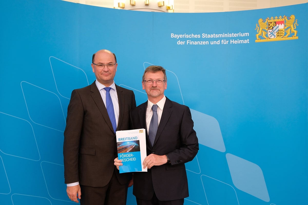 Albert Füracker, Staatsminister der Finanzen und für Heimat und Bayreuths Wirtschaftsförderer Fredy Schmidt bei der Übergabe des Förderbescheids Breitband