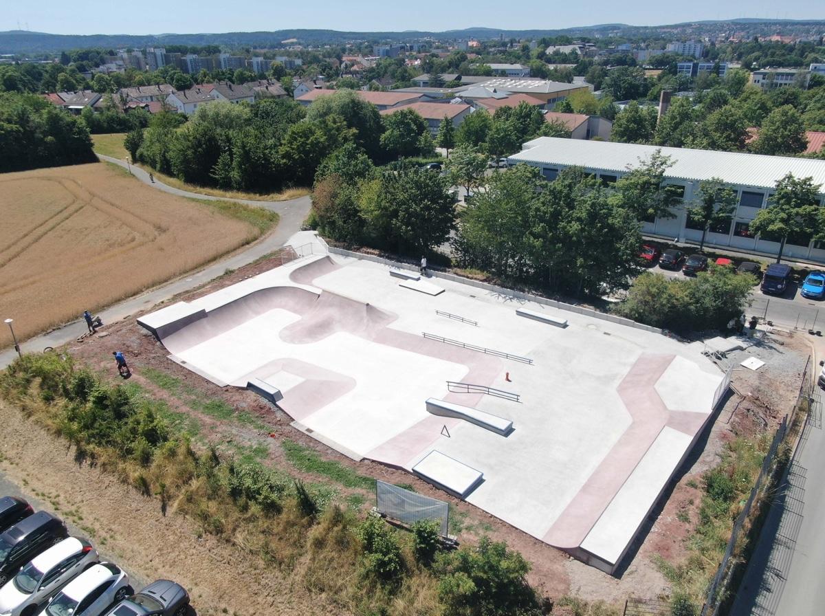 """Die neue Skateanlage """"Obere Röth"""" von oben betrachtet."""