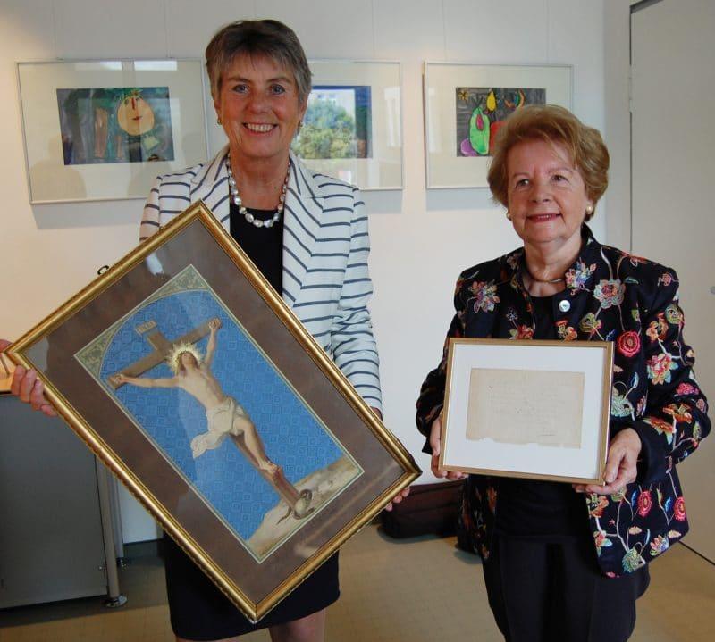Oberbürgermeisterin Brigitte Merk-Erbe (links) und Dagny Beidler halten die beiden musealen Schätze in ihren Händen.