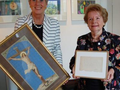 Oberbürgermeisterin Brigitte Merk-Erbe und Dagny Beidler halten die beiden musealen Schätze in ihren Händen.
