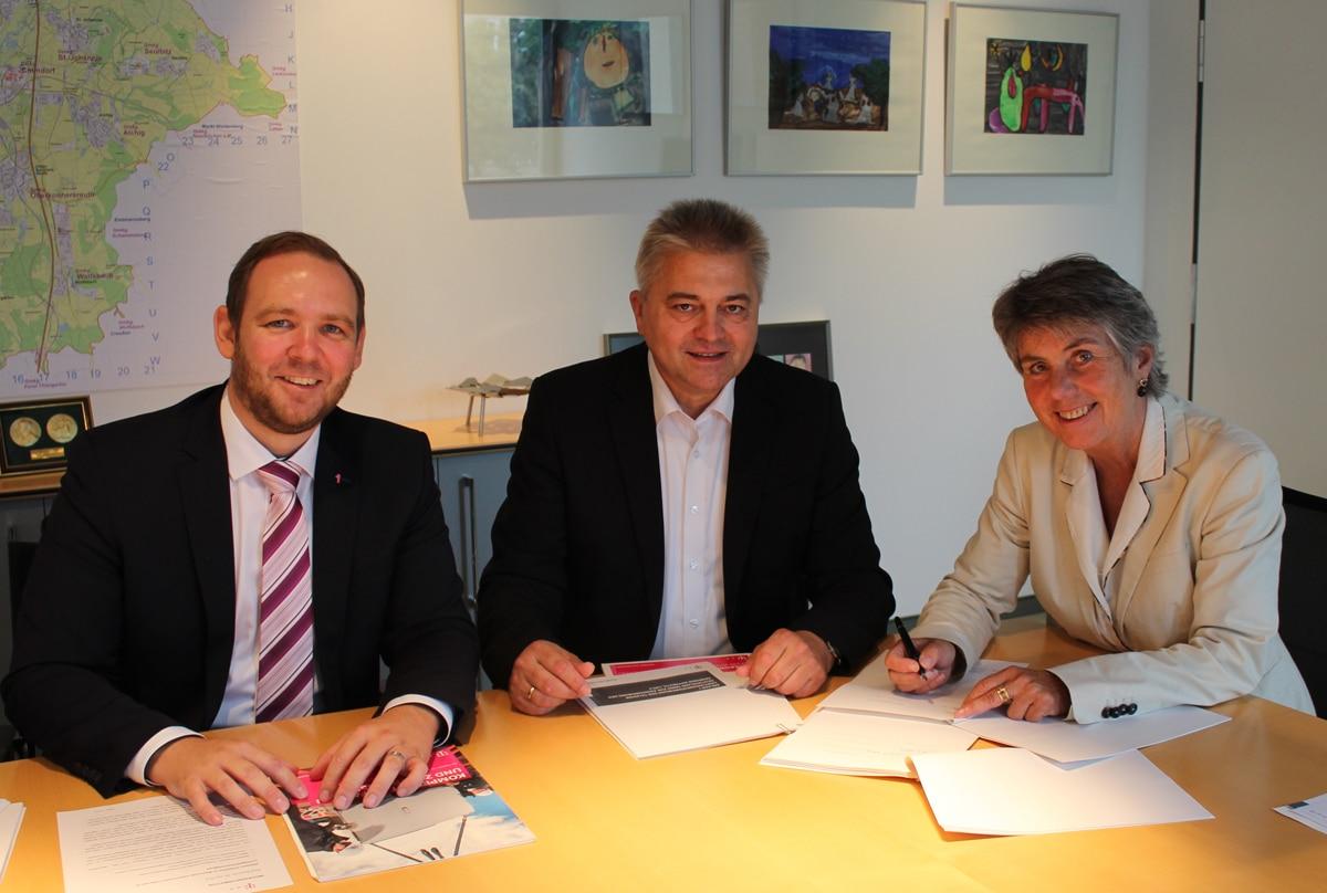 Vertragsunterzeichnung im Rathaus (von links): Enrico Delfino (Regio Manager der Telekom), Friedrich Weinlein (Telekom Technik) und Oberbürgermeisterin Brigitte Merk-Erbe.