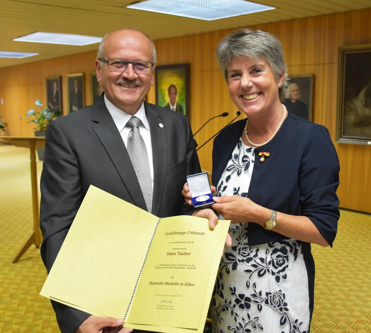 Kommerzialrat Hans Tauber erhielt aus den Händen von Oberbürgermeisterin Brigitte Merk-Erbe die Bayreuth-Medaille in Silber.