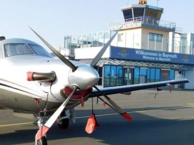 Ansicht des Flugplatzes mit Tower im Hintergrund