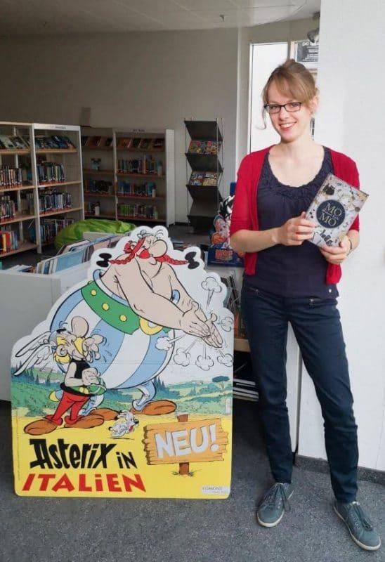 """Frau Ulmer in der Kibi mit Buch """"Momo"""""""