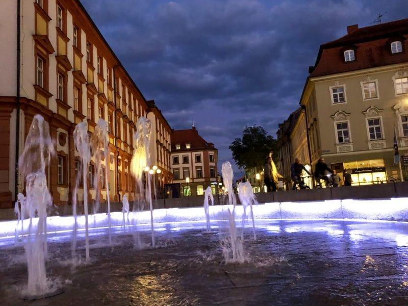 Brunnen vor dem Alten Schloss bei Nacht