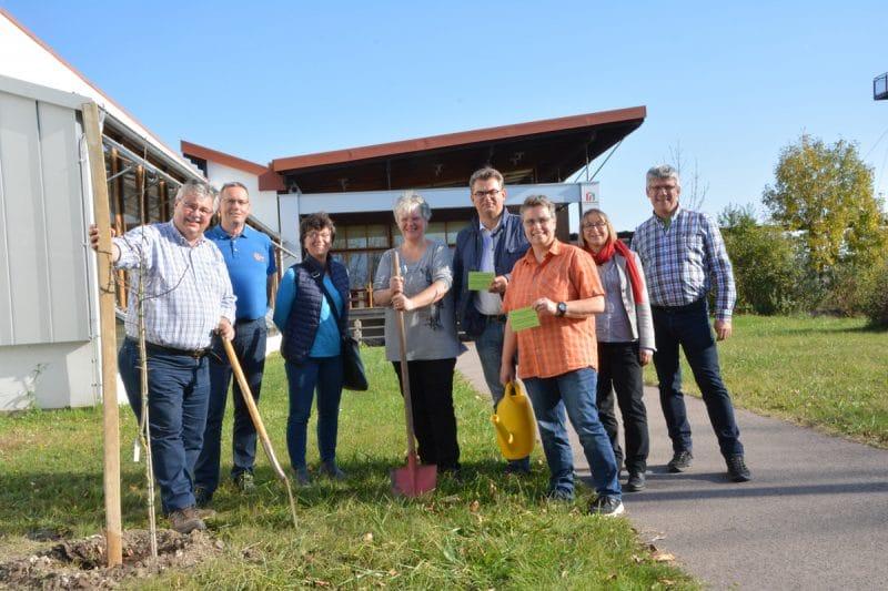 Mitarbeiterinnen und Mitarbeiter des Stadtgartenamtes Bayreuth pflanzten gemeinsam mit dem Protokollchef der burgenländischen Landesregierung, Manfred Riegler (Vierter von rechts), die Bayreuther Bäume im Nationalpark Neusiedler See.   Foto: Michael Kroiss.