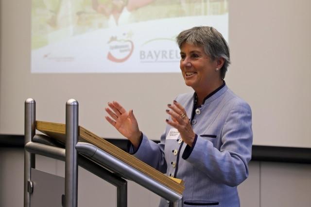 Oberbürgermeisterin Brigitte Merk-Erbe sprach ein Grußwort an die Teilnehmer und bedankte sich für die Gastfreundschaft des Unternehmens Bayernwerk Netz GmbH.