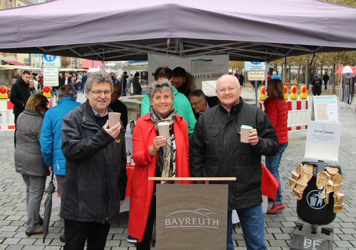 Sie haben gemeinsam den neuen Mehrwegbecher für Stadt und Landkreis vorgestellt (von links): Dr. Peter-Michael Habermann (Fachbereichsleiter Abfallwirtschaft des Landratsamtes Bayreuth), Oberbürgermeisterin Brigitte Merk-Erbe und Bernd Sellheim (Leiter des Stadtbauhofs Bayreuth).