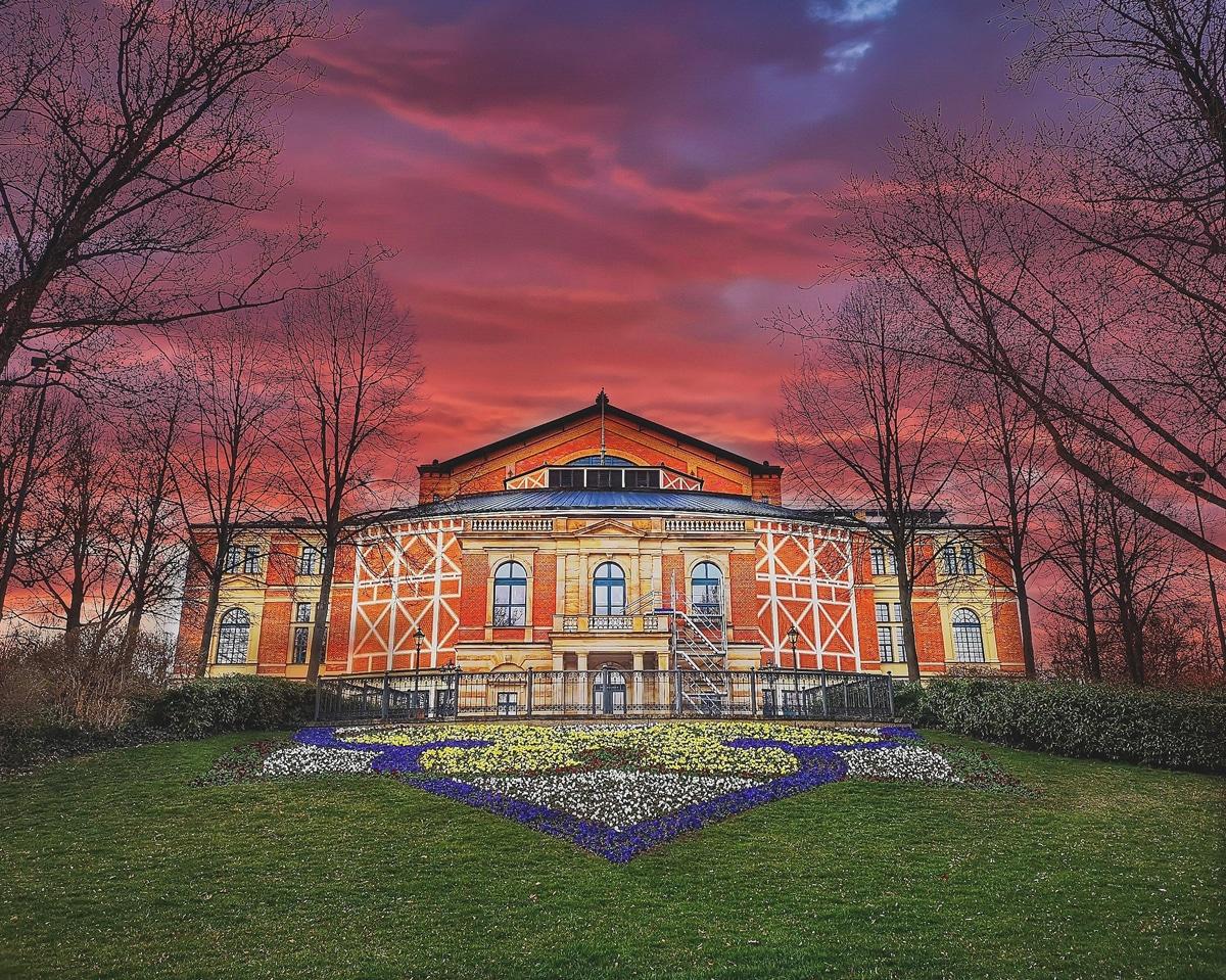 Das Festspielhaus in Bayreuth. | Foto: Ramona Schirmer
