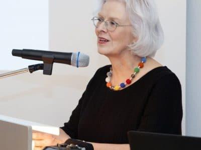 Frau von Assel am Mikrofon beim Festakt anlässlich 20 Jahre Kunstmuseum
