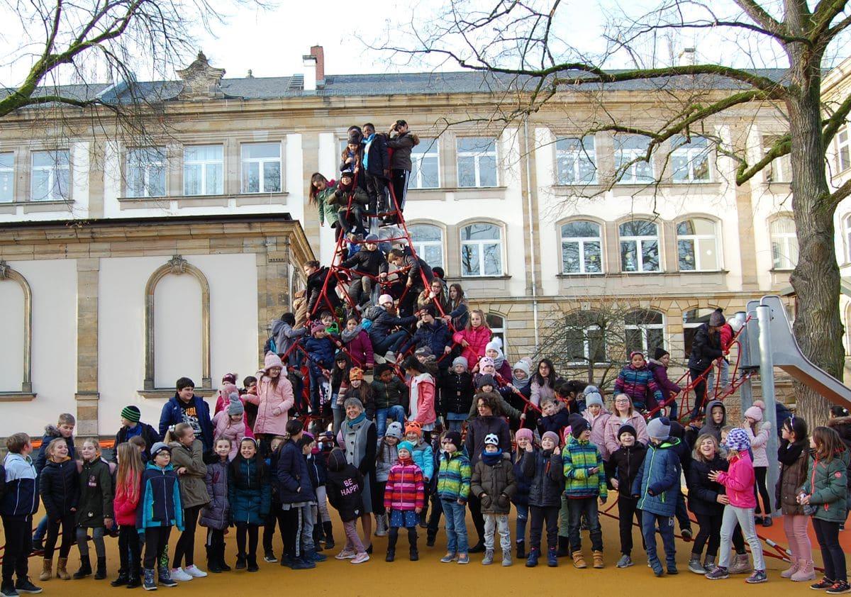 Kinder auf dem Klettergerüst mit OB Merk-Erbe und Rektorin Dietel