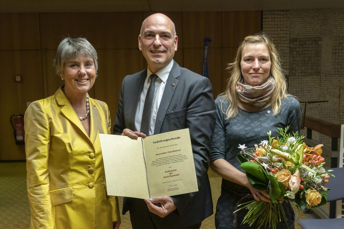 Kulturpreis-Verleihung im Rathaus (von links): Oberbürgermeisterin Brigitte Merk-Erbe, Professor Ulrich Schubert, Dr. Stephanie Schubert. | Foto: Andreas Harbach