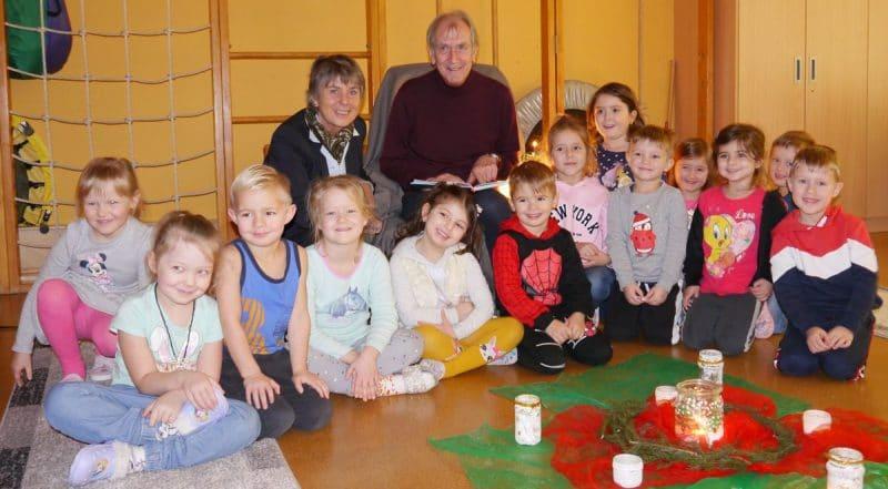Peter Prager und OB Merk-Erbe inmitten von Kindern