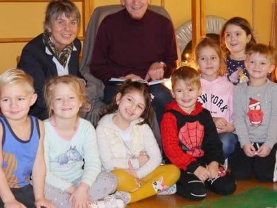 OB Merk-Erbe und Peter Prager inmitten von Kindern