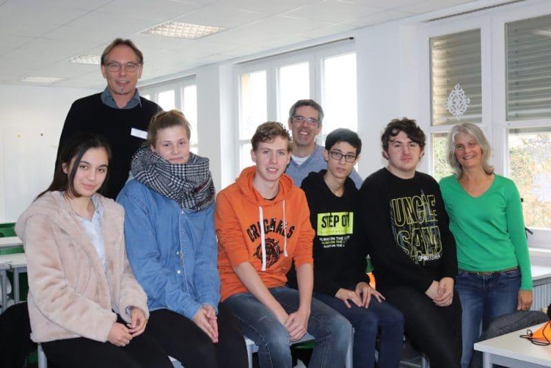 Zufriedene Gesichter beim Start von care4future: Jugendliche mit Konrektorin Heike Peetz, Wirtschaftsförderer Matthias Mörk und Pflegeschulleiter Thomas Kirpal