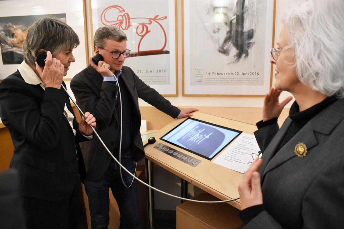 Oberbürgermeisterin Brigitte Merk-Erbe und Staatsminister Bernd Sibler haben im Kunstmuseum, assistiert von Museumleiterin Dr. Marina von Assel (rechts), die neue inklusive Info-Station des Museums in Betrieb genommen. | Foto: Andreas Türk