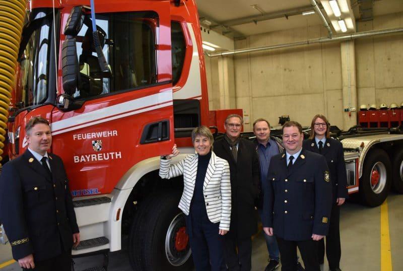 Merk-Erbe mit Vertretern von Feuerwehr und Stadtrat vor dem neuen Auto