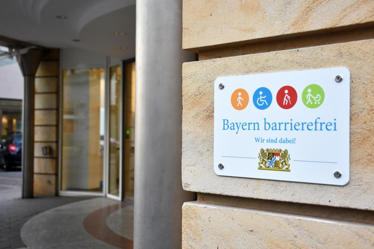 """Signet """"Bayern barrierefrei"""" an der Fassade des RW21.   Foto: Andreas Türk"""
