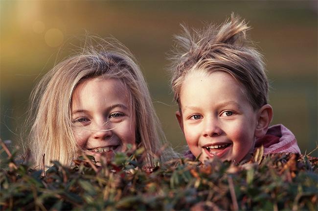 2 lachende Kinder