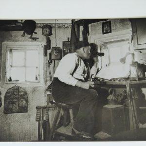 Der letzte Türmer Johann Münch sitzt in seiner Turmstube und hät Ausschau.