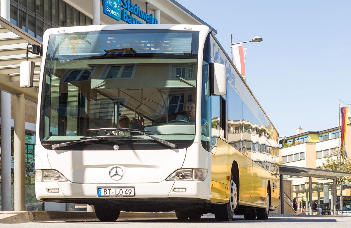 Bus der Stadtwerke Bayreuth an der Zentralen Omnibus-Haltestelle.