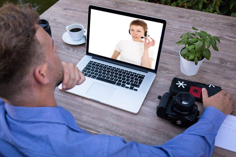 Mann sitzt vor einem Notebook
