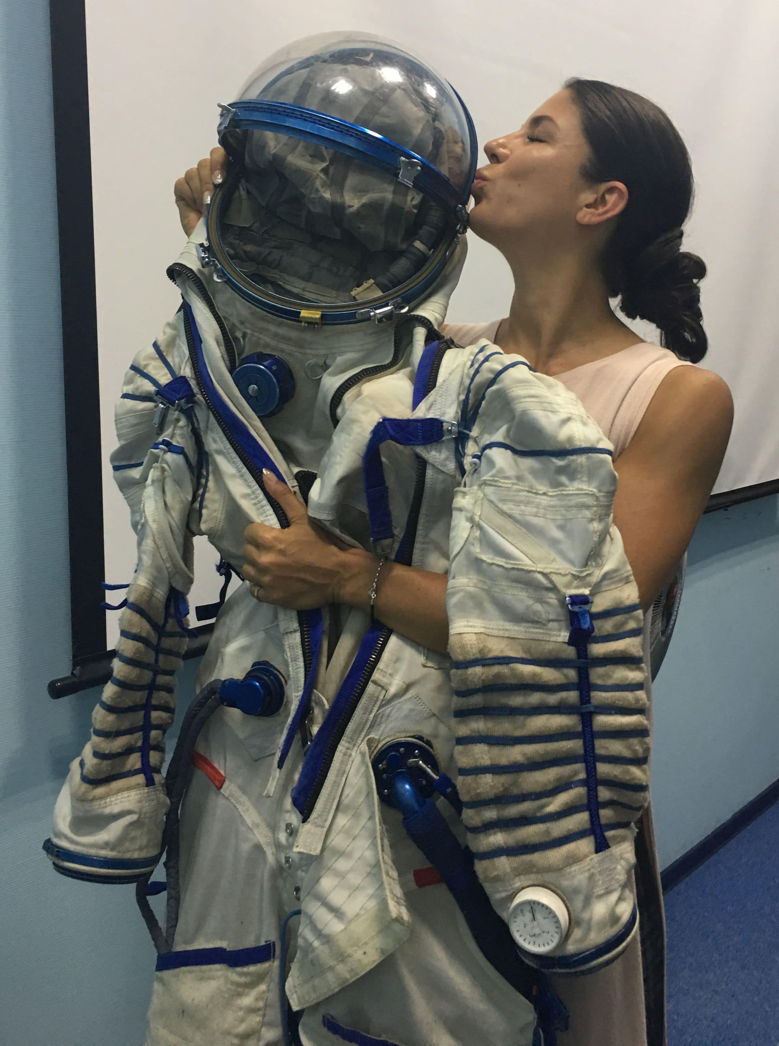 Astronautin Laura Winterling mit Raumanzug