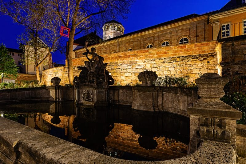 Schlosskirche und Brunnen bei Nacht