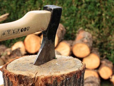 Eine Axt steckt in einem Holzklotz