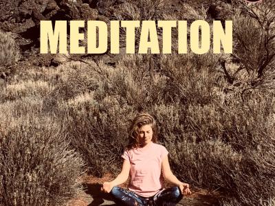 Eine Frau macht eine Yoga-Übung, darüber steht das Wort Meditation.