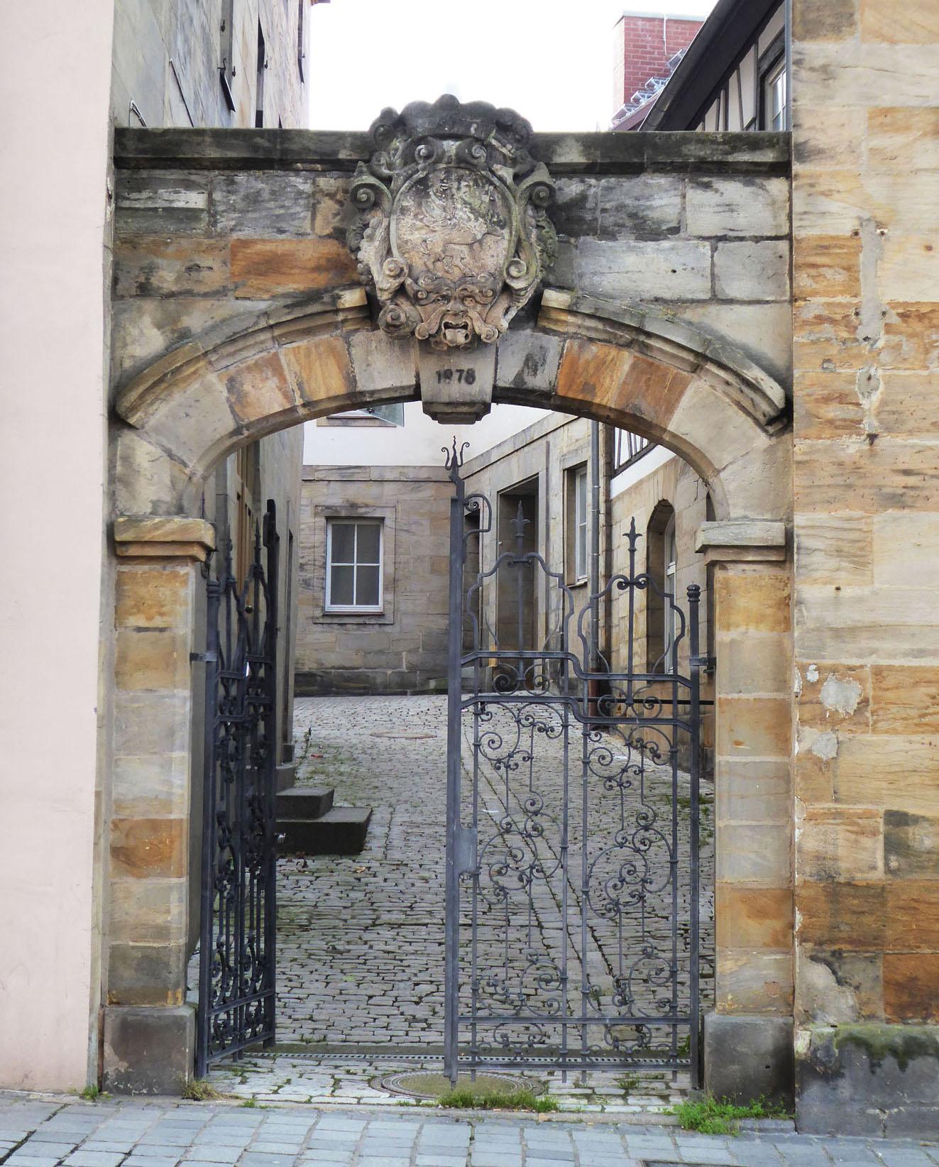 Eiserne Eingangstür zum Stadtarchiv.