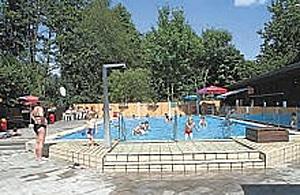 Spielende Kinder im Schwimmbecken des Altstadtbades.