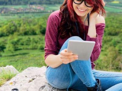 Junge Frau liest auf einem Reader
