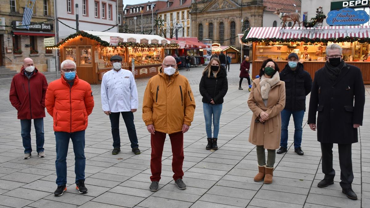 Weihnachts-Marktbuden vor der Spitalkirche.