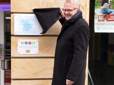 "Oberbürgermeister enthüllt Siegel ""Digitale Bildungsregion"""