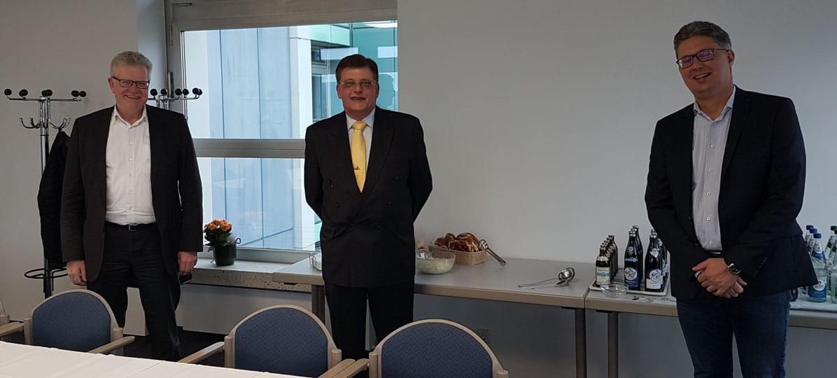 Oberbürgermeister Thomas Ebersberger, Reinhard Burger und Finanzreferent Michael Rubenbauer (von links).