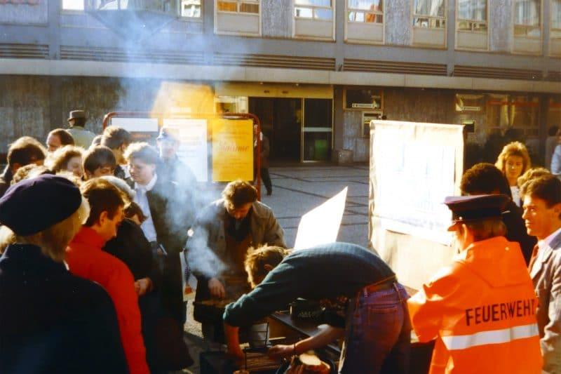 Kostenlose-thueringer-Bratwuerste-November-1989-800x533