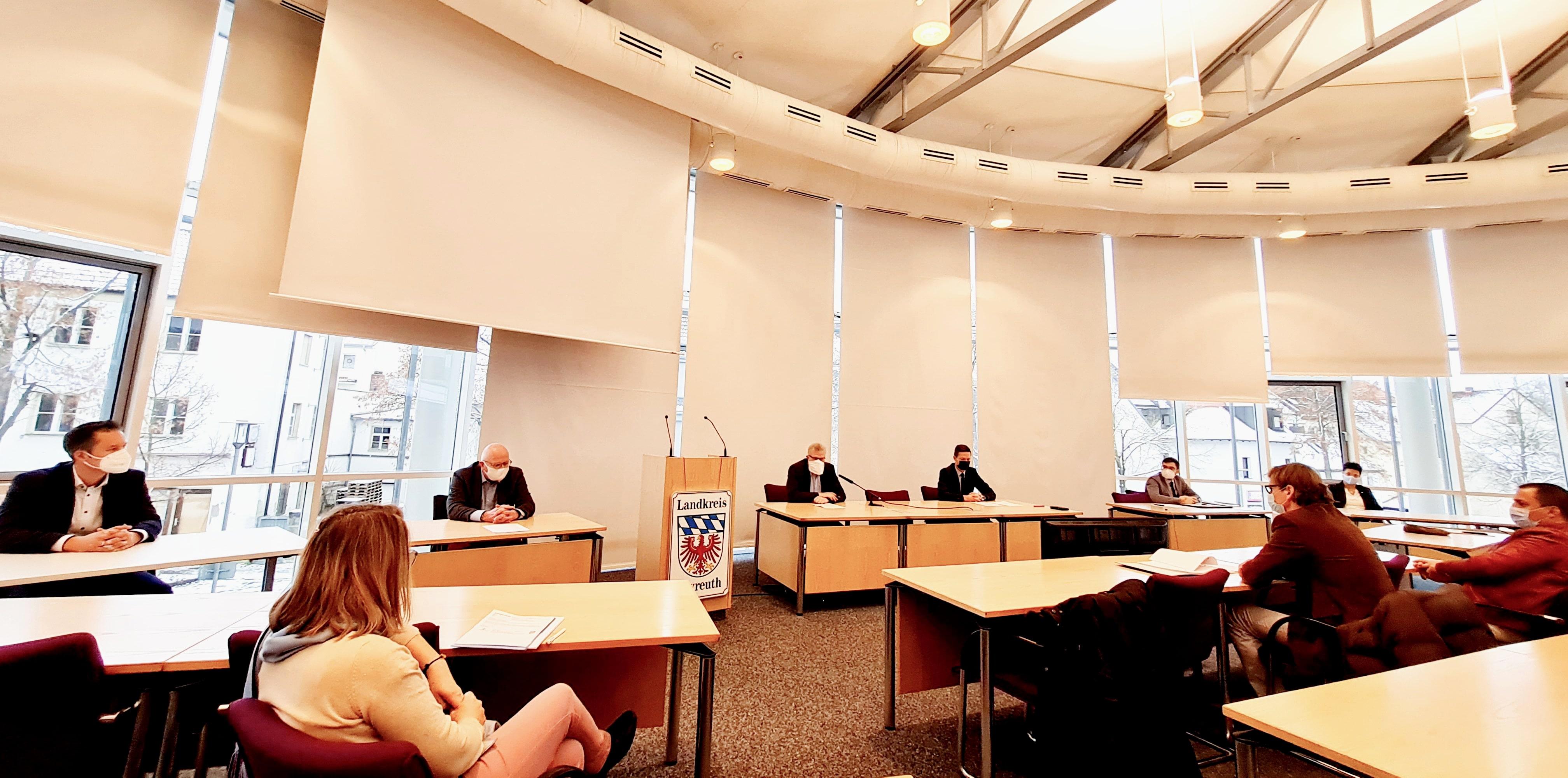 Medientermin im Landratsamt mit mehreren Journalisten.