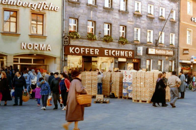 Paletten-auf-der-Maximiliansstrasse-nach-Mauerfall-1989-800x533