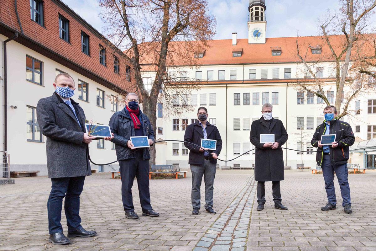 Von links: Christian Kramer (Schulleiter GMG), Jürgen Bayer (Geschäftsführer Stadtwerke Bayreuth), Sven Schorer (Prokurist und Teil der Geschäftsführung von TMT), Oberbürgermeister Thomas Ebersberger und Peter Maisel (Geschäftsführer TMT)
