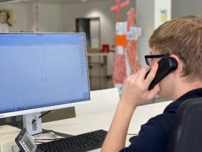 Bildschirm und ein Mann der telefoniert
