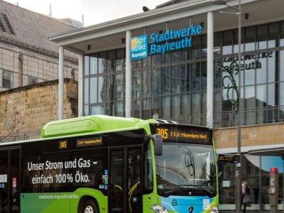 Stadtbus vor dem Kundencenter der Stadtwerke an der Zentralen Omnibus-Haltestelle.